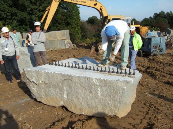 石を割るシーン2