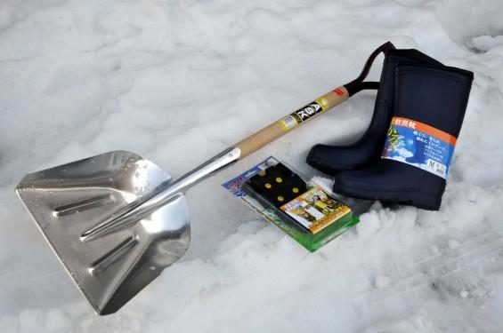 雪対策 スコップと長靴と滑り止め