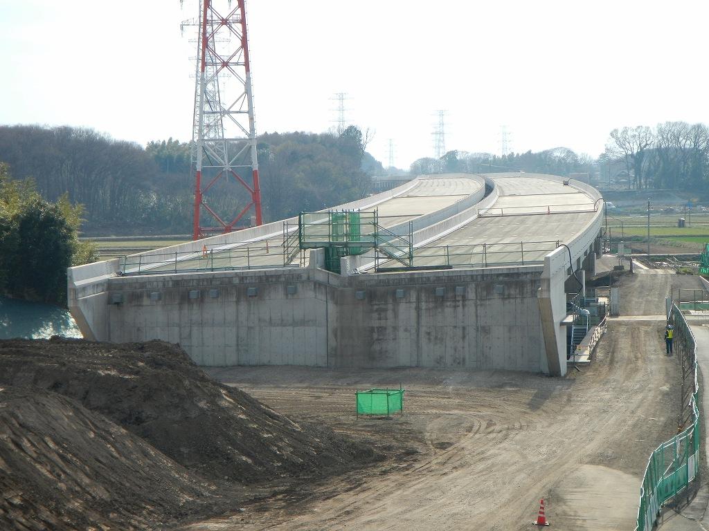 20140418 圏央道進捗状況 桶川市上日出谷 圏央道を跨ぐ陸橋周辺D...  圏央道の真上に