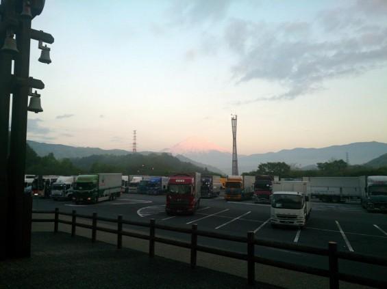 -20140502 東名高速鮎沢pa上りから見える富士山 朝焼け 赤色
