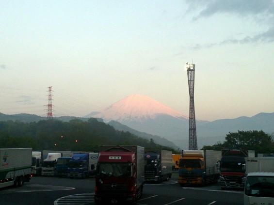 -20140502 東名高速鮎沢pa上りから見える富士山 朝焼け 赤色1