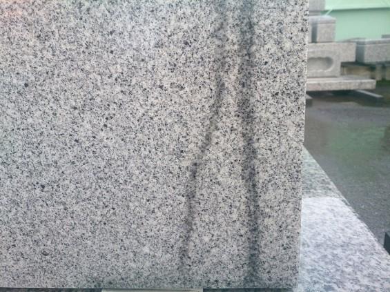 雨のあとの墓石 濡れると色が変わる1401674322971
