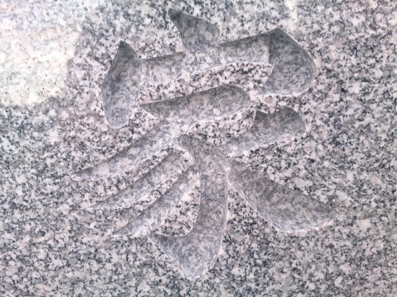 墓石に刻む文字 書体と墓石色と色入れによる違い 白御影に色入れなしDSC_1968