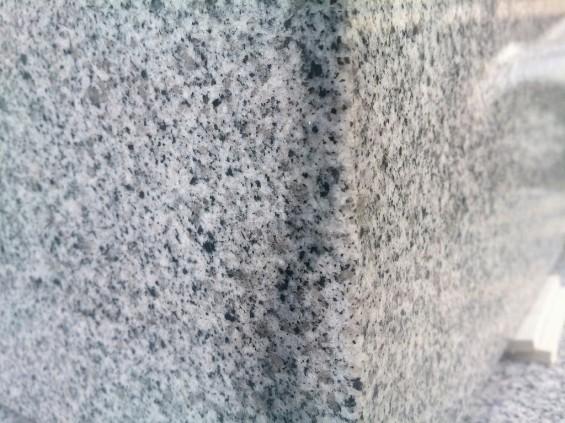 雨のあとの墓石 濡れると色が変わる1401674268918