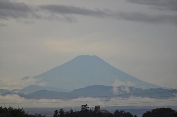2015年10月3日 埼玉県上尾市から見える雲行きの激しい富士山DSC_4017